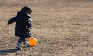 ボールを蹴る子供